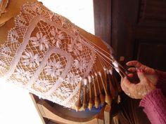 Renda de bilro - Florianópolis-SC Bobbin Lacemaking, Yarn Thread, Needle Lace, Lace Making, Antique Lace, Tatting, Weaving, Embroidery, Fabric