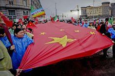 #Manifestazione degli immigrati a #Napoli, al coro di  «Vogliamo sicurezza». Per la prima volta numerosissima la delegazione cinese, che ha sfilato assieme a #immigrati africani, centri sociali, rappresentanti sindacali e #Arcigay.