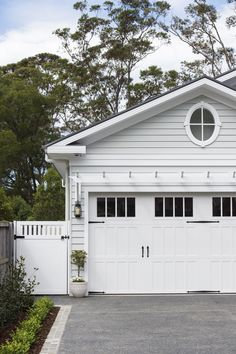 A neutral colour palette and Scyon Linea weatherboards are key for achieving a modern coastal look. Dream House Exterior, Exterior House Colors, Exterior Design, Interior And Exterior, Exterior Front Doors, Garage Doors, Timber Gates, Modern Entrance, Modern Pools