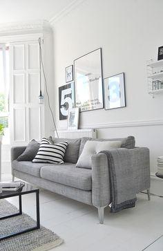 sala em cinza e branco, com pôsteres!