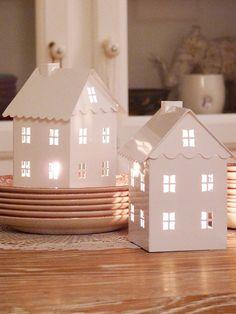Lanternas em forma de casinha.