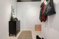 Längs ena väggen finns sex stående garderober