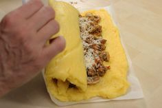 Rotolo di polenta con salsiccia e funghi Wine Recipes, Cooking Recipes, Tapas, Appetizer Buffet, Italy Food, Recipe Mix, Breakfast Items, Appetisers, Vegan Dishes