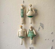 Ensemble de quatre, ornement de Textile, nageurs en maillots de bain vert, main peinte Soft Sculpture, décoration murale, Summer Decor, nautique