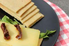 Koolhydraatarme crackers van amandelmeel die het uitstekend doen met en zonder beleg. Een heerlijke snack. Recept vind je op eethetbeter.nl