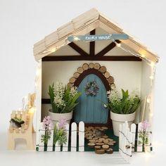 Tämä pienille keijuille tarkoitettu keijutalo on tehty talonmuotoiseen säilytyslaatikkoon. Talo on koristeltu puukehikolla. Katto ja aita on tehty jäätelötikuista ja pienet puukiekot on lisätty poluksi taianomaiselle ovelle, joka on ympäröity puukiekoilla. Kukat, linnut ja puutarhatyökalut on lisätty koristeeksi antamaan kotoisaa tunnelmaa. IDEA 14837