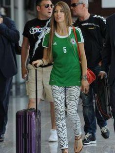 Im Zebra-Look: Mats Hummels' Freundin Cathy Fischer bei der Ankunft am Flughafen von Lviv, in einer sexy-animalischen Hose