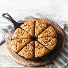 [ A crunchy praline topping is the perfect garnish for this wet banana bread. Banana bread with pral Peanut Butter Banana Bread, Moist Banana Bread, Chocolate Chip Banana Bread, Banana Bread Recipes, Cast Iron Recipes, Cast Iron Cooking, Toasted Pecans, Cream Cheese Filling, Banana Pudding