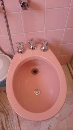 Banheiro cor-de-rosa e bidê! (tinha banheiro todo azul, às vezes todo verdim! O amarelo era raro, só pros ousados!)