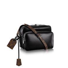 key:product_page_share_discover_product Nil PM via Louis Vuitton Men Fashion Show, Latest Mens Fashion, Fashion Show Collection, Louis Vuitton, Leather Accessories, Shoulder Bag, Men's Bags, Collections, Key
