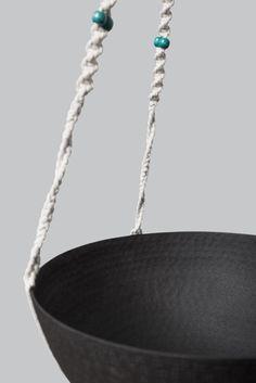 Suspension pour 3 plantes en macramé bymadjo.com modèle #Zéphyr, coton écru, perles bois turquoise et saladiers métal martelé noir Artisanal, Turquoise, Plants, Beads, Cotton, Woodwind Instrument, Teal