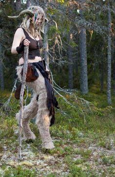 une fille déguisée comme un faune pour Halloween