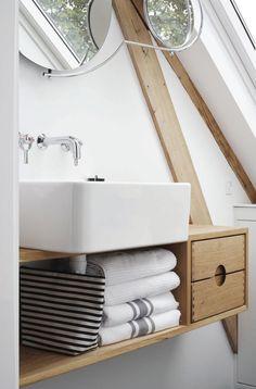 hvidlakeret badvaerelseskab Compact Bathroom, Bad Kids, Bath Caddy, Toilet, Sweet Home, Sink, Shower, Interior Design, Modern