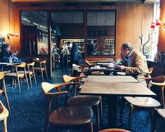 🇸🇪🍴Kafe Konditori Valand  1954年オープンの老舗喫茶店で昼食。 半世紀使い込まれた家具がとても味わい深い。2年前は、夏休暇でお休みだったので、訪問できて嬉しい。  店内に三つ編みしたキレイな女性がいるなと思ったら、若い男性でした。北欧は美人とイケメンが多い。  #vsco #vscocam #stockholm #sweden #kaffe #CafeKonditoriValand #ストックホルム #スウェーデン #カフェ