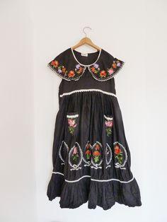 Folklore Kleid, schwarz mit Stickerei, Vintage, Boho Style von GretaRotkaeppchen auf Etsy