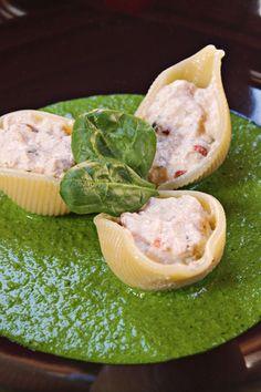 Iniziano le prove generali per il pranzo di Pasqua! I conchiglioni ripieni sono un grande classico della cucina, ma in questo caso un po' rivisitato: conchiglioni ripieni di ricotta e pomodori secchi su salsa di spinacini. Ricetta vegan tutta da provare! :)    Ricetta su: http://karmaveg.it/conchiglioni-ripieni-di-ricotta-su-salsa-di-spinacini/