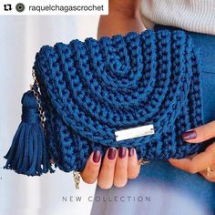 No photo description available. Crochet Crafts, Crochet Yarn, Crochet Stitches, Free Crochet, Crochet Clutch, Crochet Handbags, Crochet Purses, Macrame Purse, Crochet For Beginners