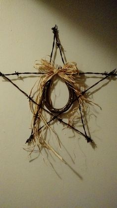 Barbed wire star with horseshoe. Horseshoe Projects, Horseshoe Crafts, Horseshoe Art, Horseshoe Wreath, Wire Wreath, Door Wreaths, Barb Wire Crafts, Metal Crafts, Wood Crafts