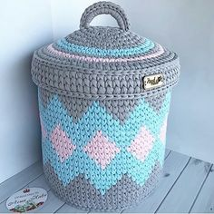 New ideas for crochet rug diy weaving Diy Crochet Basket, Crochet Box, Crochet Basket Pattern, Crochet Motifs, Crochet Purses, Crochet Gifts, Crochet Patterns, Granny Square Bag, Granny Squares