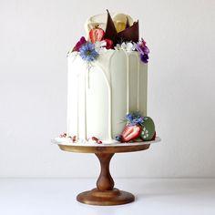 Cada vez las tendencias se van haciendo mas creativas en lo que se refiere a pasteles de bodas y para repostería en general, en este caso hablaremos de unos pasteles que parecen de fantasía pero qu…
