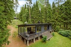 181067605 3543×2362 pikseliä Deck, Real Estate, Cabin, House Styles, Outdoor Decor, Home Decor, Decoration Home, Room Decor, Front Porches