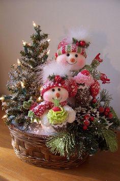 Arreglo navideño con cestas y muñecos de nieve - Dale Detalles