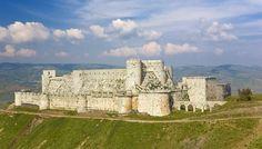 7-impresionantes-pero-poco-conocidos-Patrimonios-de-la-Humanidad-002.jpg. 6 Crac de los Caballeros y Castillo de Saladino  Son dos fortalezas militares de la época de las Cruzadas de Medio Oriente. El Crac des Chevaliers fue construido por Orden Militar y Hospitalaria de San Juan de Jerusalén entre 1142 y 1271. El Castillo de Saladino (Qal'at Salah Al Din), también conocido como Saone, está casi completamente en ruinas y fue construido por los bizantinos. Se encuentran en la actual Siria.