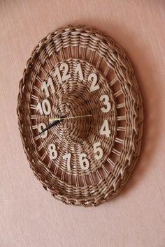 Photo Bamboo Weaving, Willow Weaving, Weaving Art, Newspaper Basket, Newspaper Crafts, Weaving Projects, Diy Craft Projects, Paper Basket Weaving, Bamboo Crafts