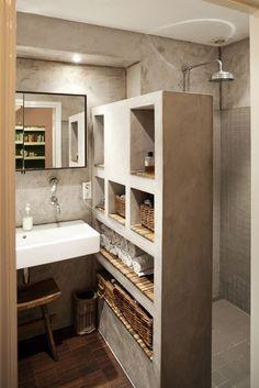 In deze badkamer is gekozen voor een donkere bamboe vloer (comfortabel voor de voetjes), tadelakt wanden + handdoekkast en brede spiegelkast met dun kader. De doucheruimte is betegeld met Winckelmans mozaik tegels en de douchedeur is gemaakt van Plato houten lamellen.  ONTWERP: NokNok UITVOERING: JeCe FOTO'S: Pim Geerts/NokNok   Share