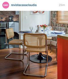 Cadeiras, parede, mesa, cores...