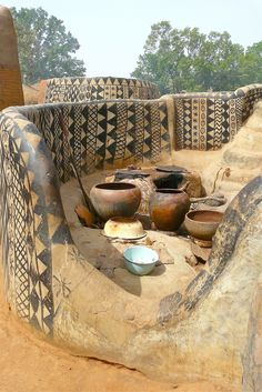 Traditional village structure, Tiébélé, West Africa, Rita Willaert . http://www.dailymail.co.uk/news/article-2260910/African-village-building-canvas-house-palace-tomb-dead.html