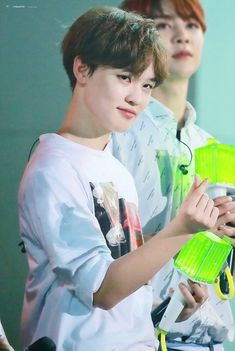 SMALL BROWN HAIRED CHENLE IS SO CUTE N YOU CANT CHANGE MY MIND