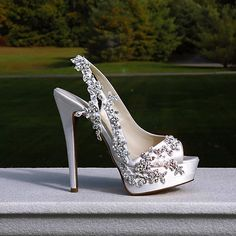 The #PninaTornaiShoeLine  TAG your  shoe  loving friends!  This custom made design & the ready-to-wear collection are both available at @KleinfeldBridal #PninaQueenOfBling