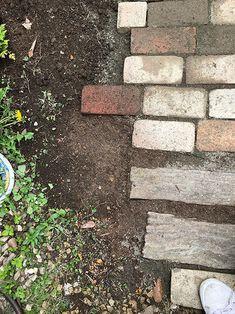 レンガの小路のつくり方 Brick Garden, Garden Paths, Stepping Stones, Exterior, Outdoor Decor, Gardening, Stair Risers, Lawn And Garden, Outdoor Rooms