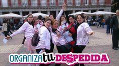 La despedida de soltera en Madrid posa junto a una de las monitoras de Organizatudespedida mientras realizan en las calles de Madrid una divertida y original gymkana especial para despedidas de soltera.