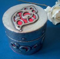 Artesanato com folha de estanho; Pintura a nescafé e tinta acrílica
