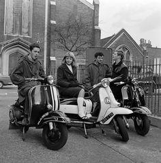 Mods posando con sus scooters en 1964.Los elementos significativos del movimiento mod incluyen la moda (a menudo trajes hechos a la medida); música, incluyendo el soul afroamericano, el ska jamaicano, la música beat británica, y RB; y los scooters.