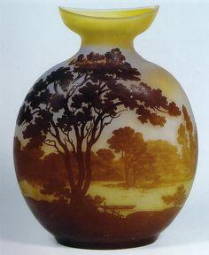 """Émile Gallé. Vaso in vetro Cameo """"Paesaggio con lago"""", lavorazione all'acido, 1905 circa, H. cm. 30,5"""