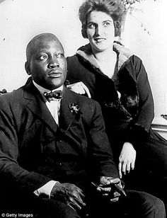 DAVID JONES: Jack Johnson, the black boxer greater than Ali who was thrown in jail for sleeping with white women Jack Johnson Boxer, American Boxer, Heavyweight Boxing, Boxing History, Vintage Black Glamour, Boxing Champions, Interracial Love, Interracial Marriage, Black History Facts