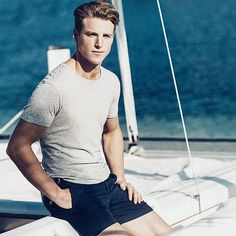 For a look that brings practicality and style, pair a grey crew-neck t-shirt with navy shorts. Navy Blue Shorts, Men Looks, Sexy Men, Sexy Guys, Neck T Shirt, Crew Neck, Men Casual, Mens Fashion, Top Models