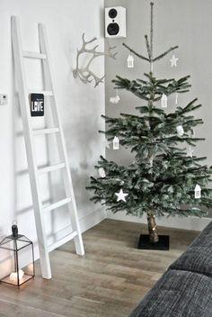 Sapin déco de Noël minimaliste   Voir + de photos ici >> http://www.homelisty.com/deco-noel-scandinave-inspirations-idees-23-photos/