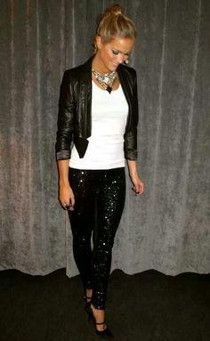 Een perfect outfit voor een goed feestje. Onder een glitterbroek staan basic zwarte pumps het mooist.
