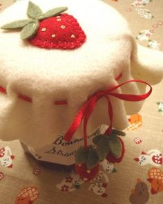 Felt Jar cover with home made strawberries - How To! Adapt to theme or food. . . oranges or candy canes or ?!?!?