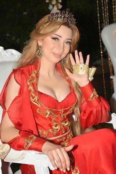 Fouta et blousa en soie brodées à la tunisienne