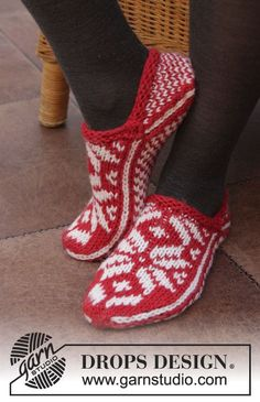 DROPS Christmas: Knitted DROPS slippers with Norwegian pattern in Nepal. Design socken Holly Jolly Steps pattern by DROPS design Knitting Patterns Free, Free Knitting, Free Pattern, Crochet Patterns, Drops Design, Knitted Booties, Knitted Slippers, Fair Isle Knitting, Knitting Socks