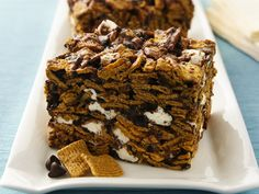 Golden Grahams® S'mores The kiddos & I have made these twice now and they are easy and delicious! We golden Graham's for salted pretzels in this last batch. Just Desserts, Delicious Desserts, Dessert Recipes, Yummy Food, Bar Recipes, Snack Recipes, Yummy Recipes, Zucchini Chips, Golden Grahams Smores Bars