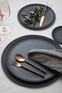 Trying to find Fashionable Flatware Rentals for a Wedding or Event in Los Angeles, CA? Discover Greystone Table & explore our collection of Tabletop Rentals Bühnen Design, Plate Design, Booth Design, Decoration Restaurant, Restaurant Plates, Traditional Flatware, Black And White Plates, Casa Cook, Kitchens