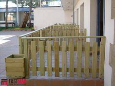 Valla de madera tropical con aplicación de aceite de teka formada por listones de 96x21mm. y pilares de 70x70mm. www.fustmar.com