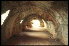 Şarapsa Han (Alanya)Antalya-Alanya yolu üzerinde, Alanya'ya 15 km. uzaklıkta küçük bir tepenin üzerindedir. Günümüze ulaşan kitabesine göre II.Gıyaseddin Keyhüsrev'in ikinci saltanatı sırasında (1236-1246) yapılmıştır.   Şarapsa Han, Selçuklu hanlarından ayrı bir plan özelliği göstermektedir. Dıştan ince uzun, 70x15 m. ölçüsünde, dikdörtgen planlı olup, uzun kenarlarında on birer, dar kenarlarında da üçer payanda ile duvarları takviye edilmiştir. Antalya, Paths