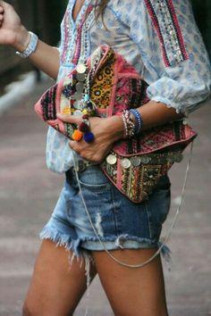 Falda vaquera y blusa cruda. Bota y bolso serraje camel.